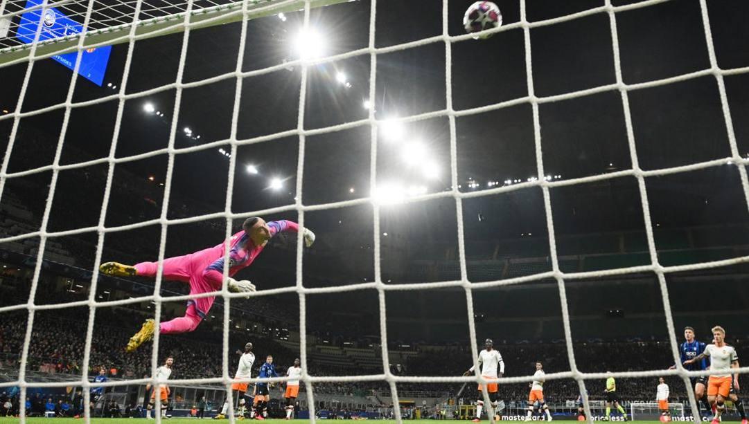 Il gol di Hateboer del 2-0 sul Valencia. Lapresse