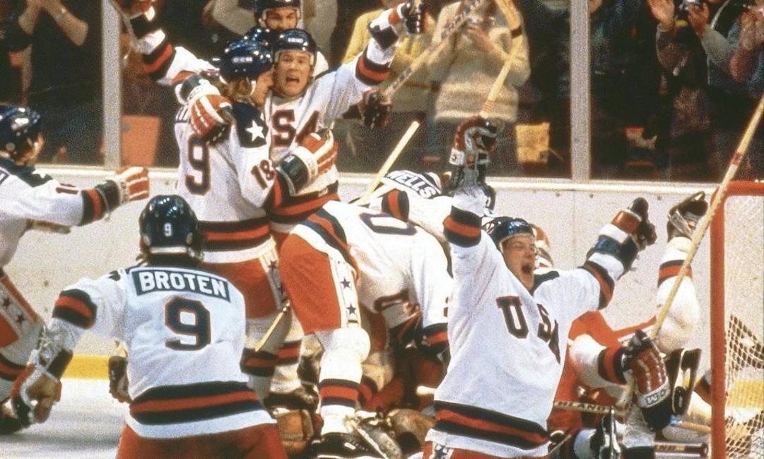 Il famoso abbraccio tra i giocatori americani: una delle foto più famose dello sport Usa
