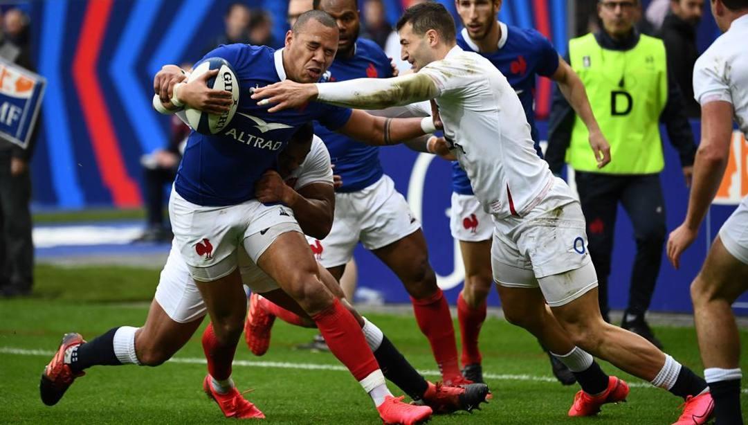 Gael Fickou placcato durante il match vinto con gli inglesi. Afp