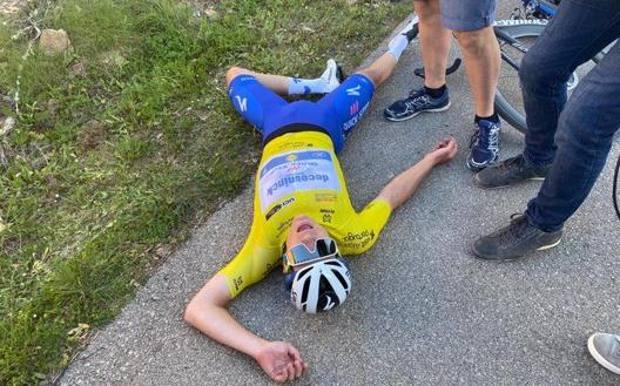 Remco Evenepoel, 20 anni, si accascia a terra dopo lo sforzo pazzesco nel finale di tappa