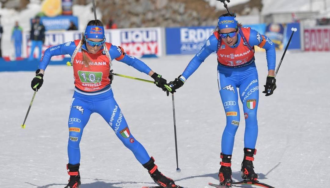 Il cambio tra Vittozzi (a destra) e Wierer. Afp