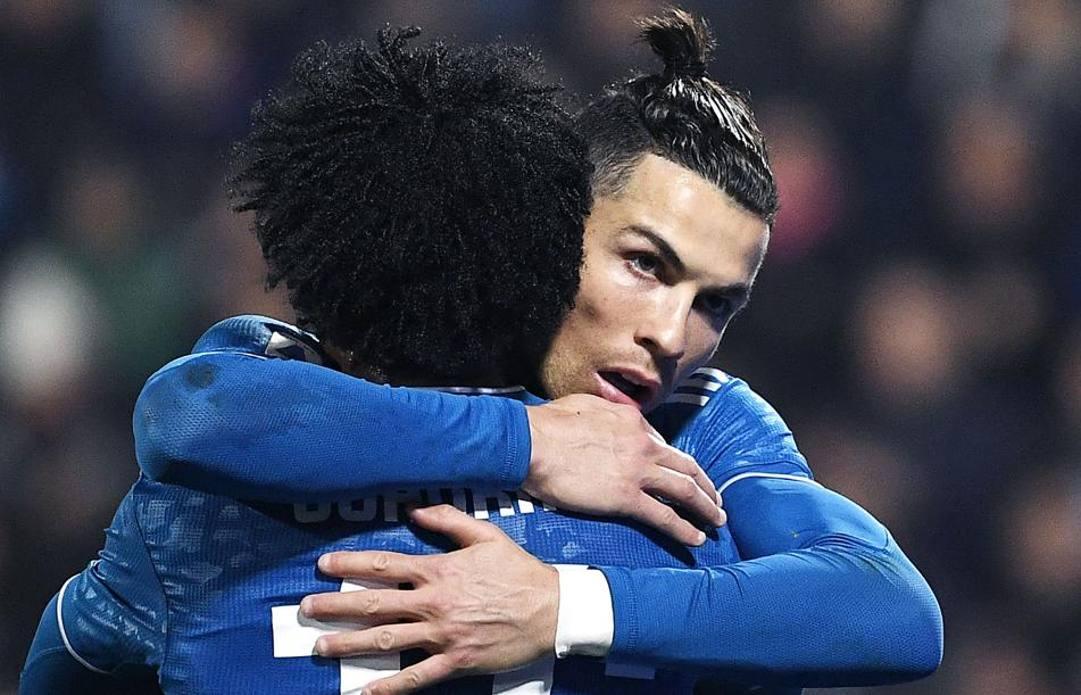 L'abbraccio tra Ronaldo e Cuadrado. Afp