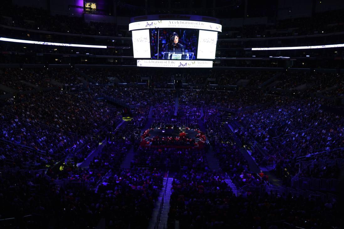 Lo Staples Center gremito per la commemorazione di Kobe e della figlia Gianna, morti con altre 7 persone il 26 gennaio nello schianto dell'elicottero su cui viaggiavano. Afp
