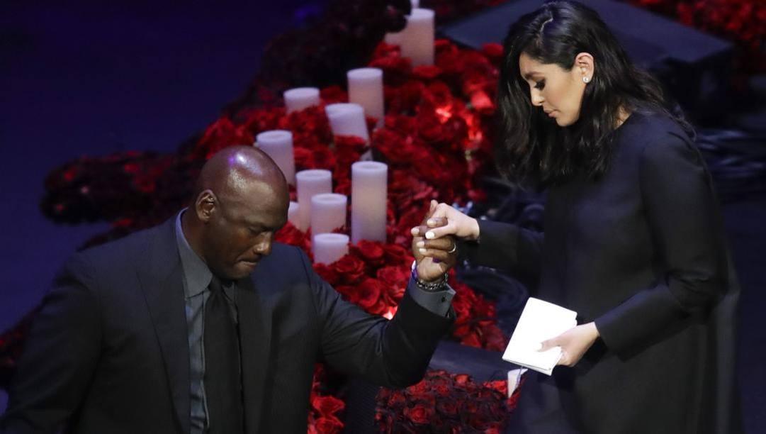 Michael Jordan aiuta Vanessa Bryant a scendere dal palco dopo il suo commovente discorso. Ap