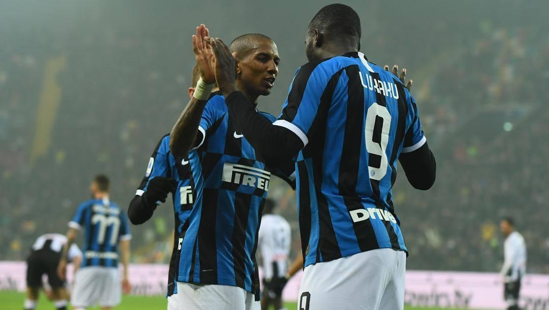 Lukaku festeggia con Young dopo aver segnato al 71' all'Udinese. (Getty Images)