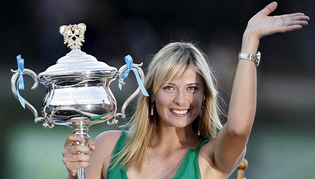 26 gennaio 2008: Maria Sharapova posa con il trofeo degli Australian Open. (Epa)