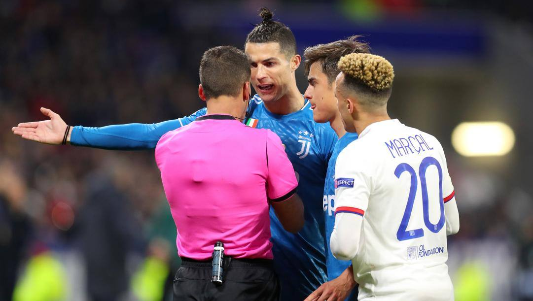 Ronaldo e Dybala protestano con l'arbitro Manzano. Getty