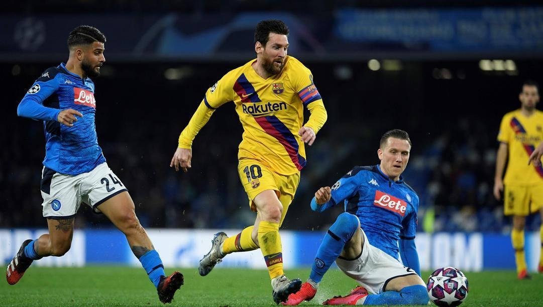 Messi inseguito da Insigne: l'andata di Napoli-Barcellona è finita 1-1. Afp