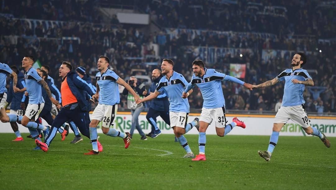 La felicità dei giocatori della Lazio dopo la vittoria sull'Inter. Getty