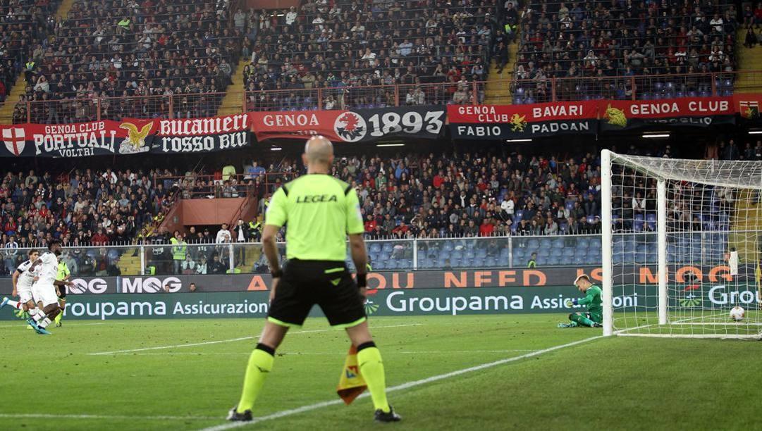 Il rigore dell'1-2 di Franck Kessie nel match di andata a Marassi. Lapresse