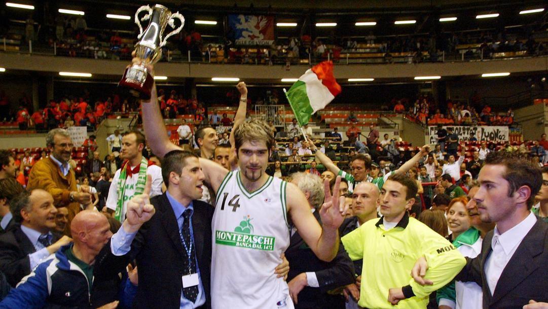 Roberto Chiacig, qui nel 2002 celebra la vittoria di Siena in Coppa Saporta. Epa