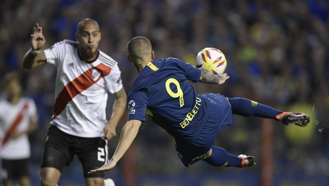 Una conclusione di Dario Benedetto, 29 anni, attaccante del Boca, contrastato da Jonatan Maidana del River. Afp