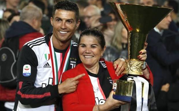 La signora Dolores con Cristiano Ronaldo. Ap