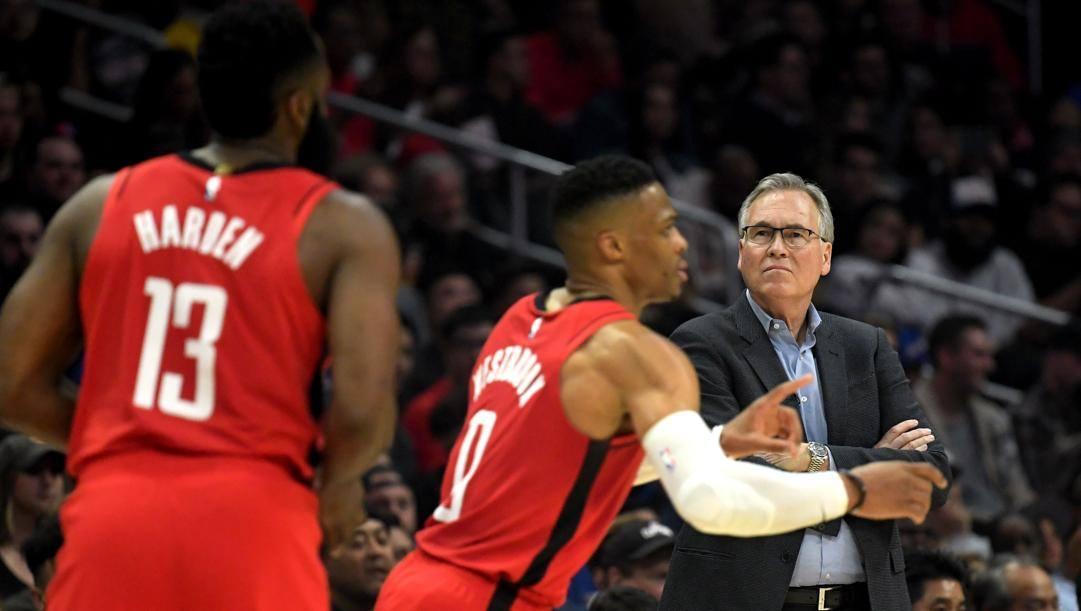 Mike D'Antoni, 68 anni, con James Harden e Russell Westbrook. Afp