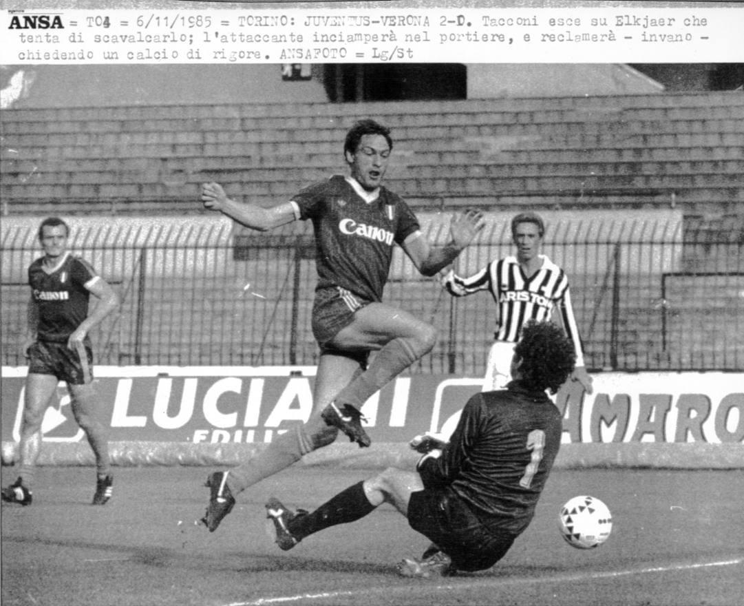 Preben Elkjaer e Stefano Tacconi in Juventus-Verona del 6 novembre 1985. Ansa