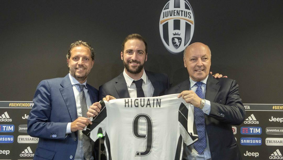 Fabio Paratici e Beppe Marotta con Higuain