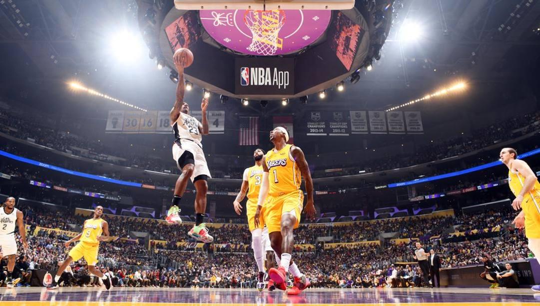 Lou Williams, guardia dei Clippers, contro i Lakers nel derby natalizio. Afp