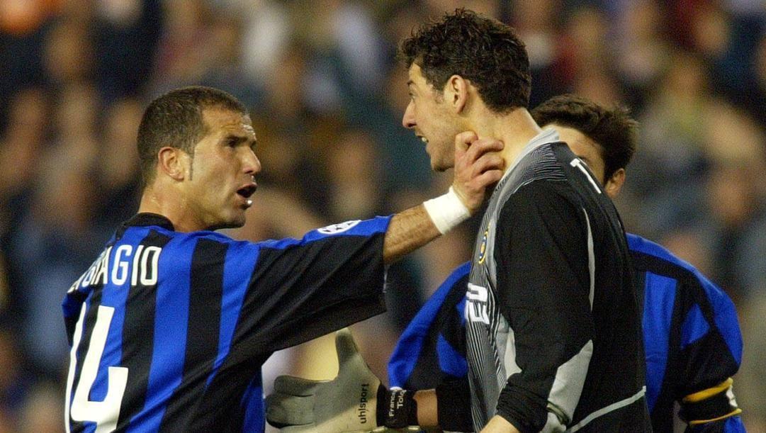 Di Biagio prende per il collo il compagno di squadra Toldo in Valencia-Inter del 2003. AP