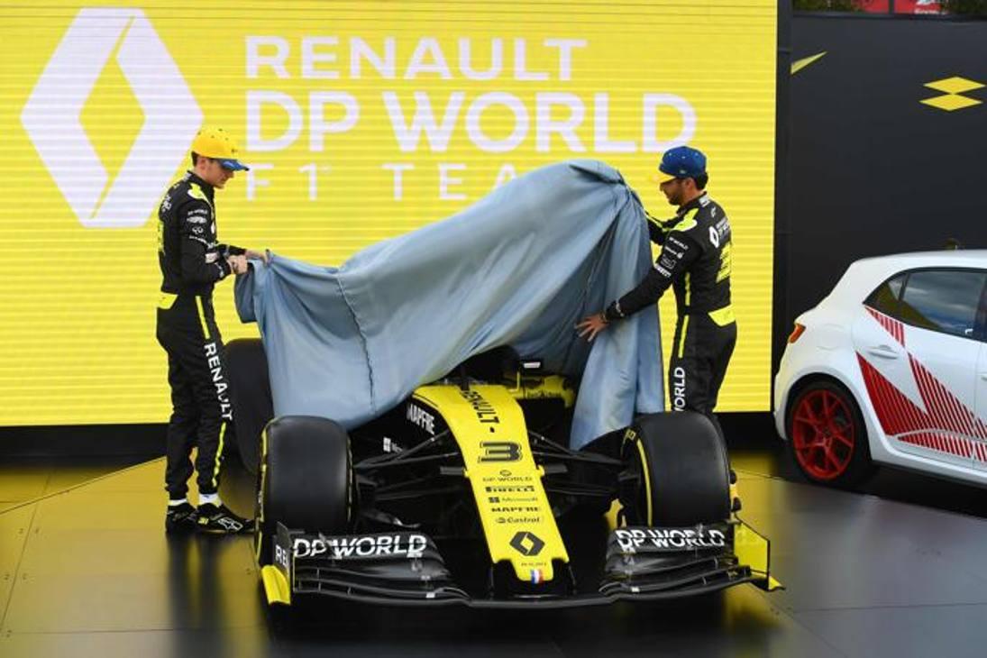 Esteban Ocon (a sinistra) e Daniel Ricciardo hanno svelato a Melbourne i colori della nuova livrea della Renault F.1. Epa