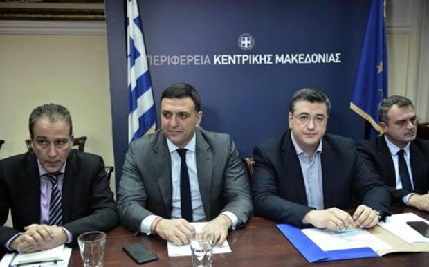 Il ministro Vassilis Kikilias, secondo da sinistra. Afp