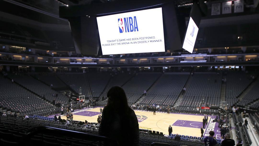 L'arena di Sacramento dopo la cancellazione di Kings-Pelicans, con l'annuncio sul tabellone. Lapresse