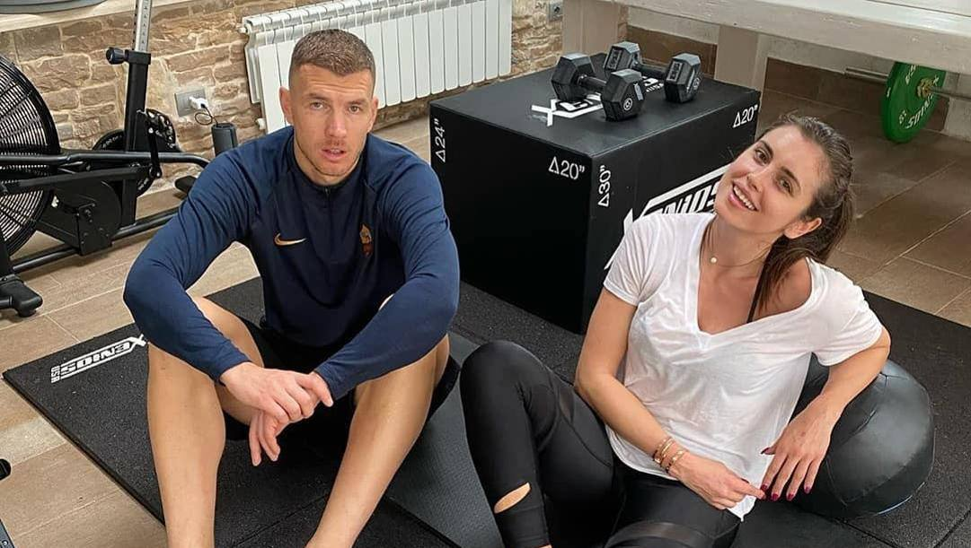 Edin Dzeko e la moglie Amra si allenano a casa. Instagram