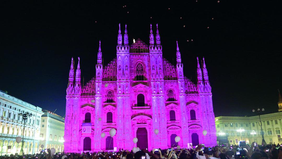 Il Duomo di Milano, illuminato di rosa