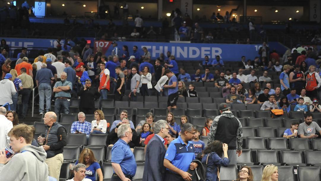 Il pubblico abbandona l'arena dei Thunder dopo lo stop alla sfida coi Jazz. Lapresse