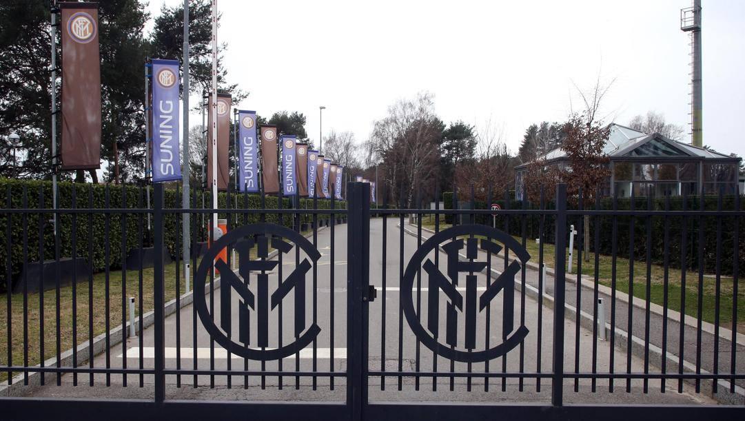 L'ingresso chiuso del centro d'allenamento dell'Inter. Ansa