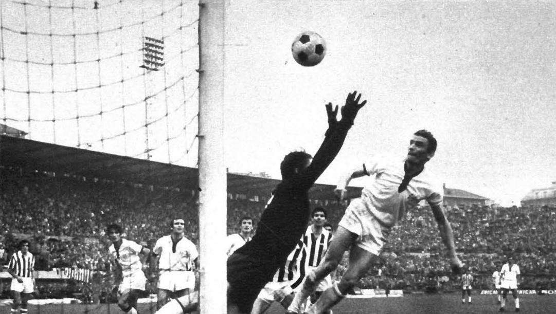 Gigi Riva segna di testa il gol dell'1-1 in Juventus-Cagliari del 15 marzo 1970.