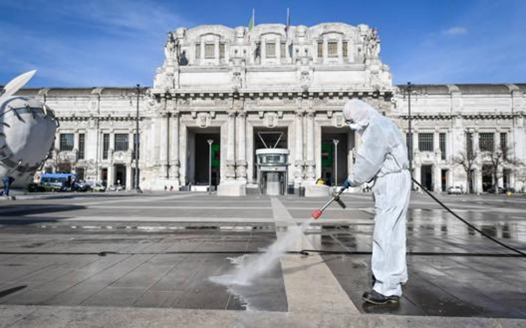 Interventi di sanificazione alla Stazione Centrale di Milano. LaPresse