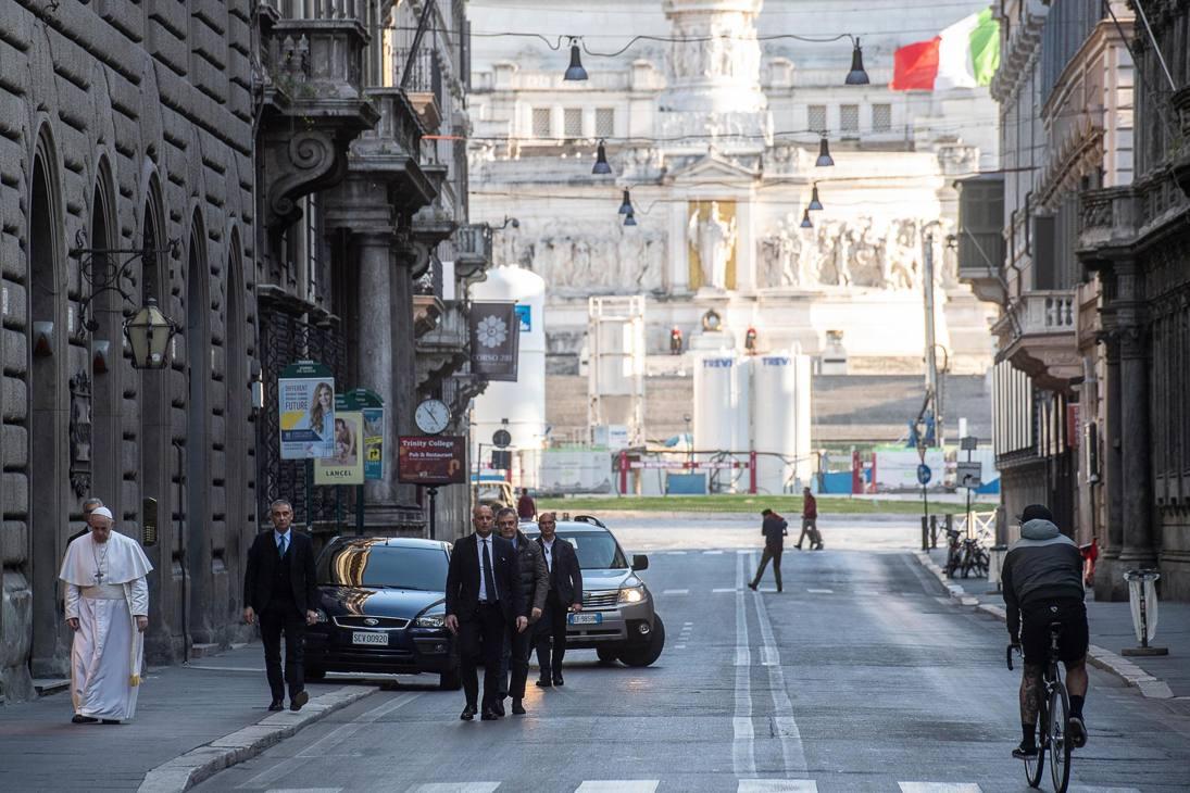 Nel pomeriggio papa Bergoglio ha lasciato il Vaticano in forma privata e si è recato in visita a Santa Maria Maggiore per una supplica alla Salus Populi Romani. Poi a piedi è andato a San Marcello al Corso. E' tornato in Vaticano alle 17.30.