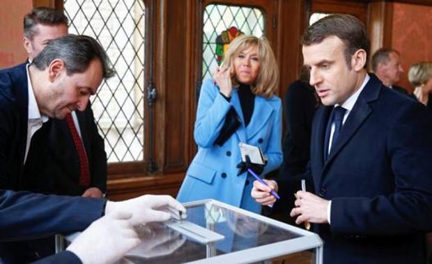 Il presidente Macron al seggio per votare per le elezioni municipali. Epa