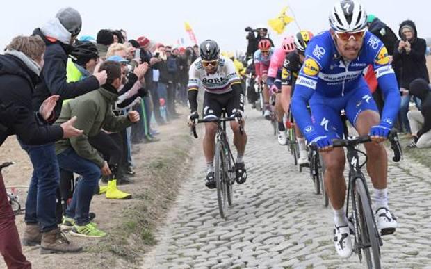 Roubaix 2019: il duello sul pavé tra il belga Philippe Gilbert (a destra), vincitore della Regina delle classiche, e lo slovacco Peter Sagan. AFP