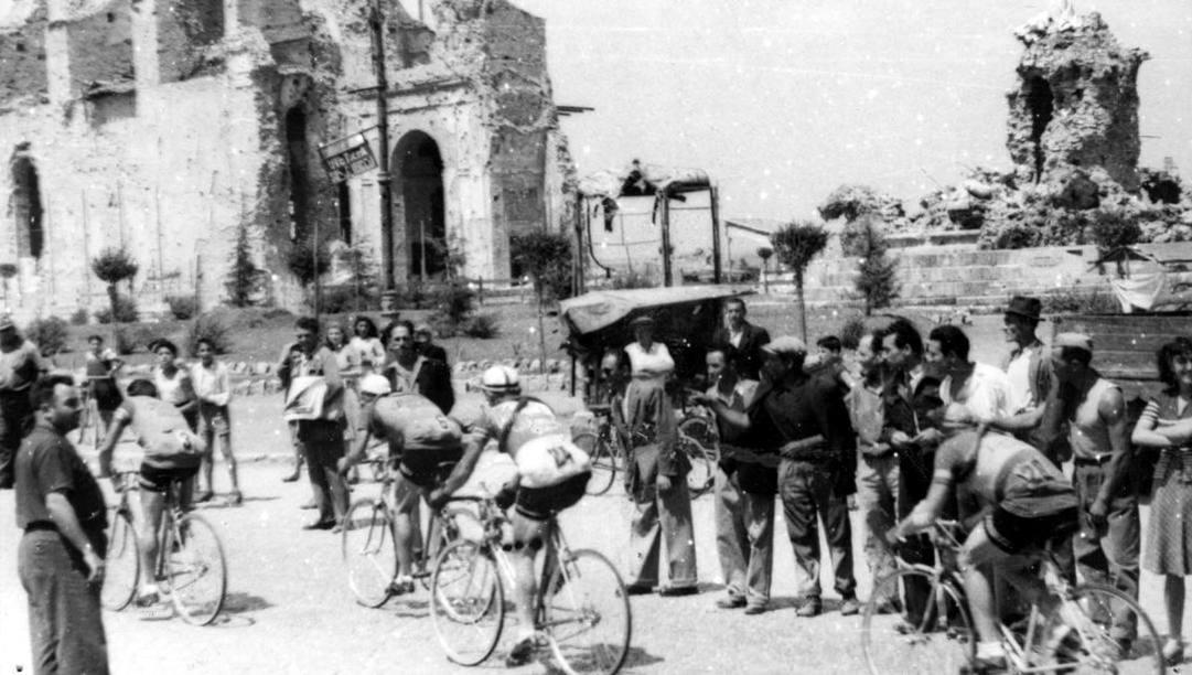 Il Giro del 1946 passò anche da Genzano, paese vicino Roma segnato dai bombardamenti. Terreni