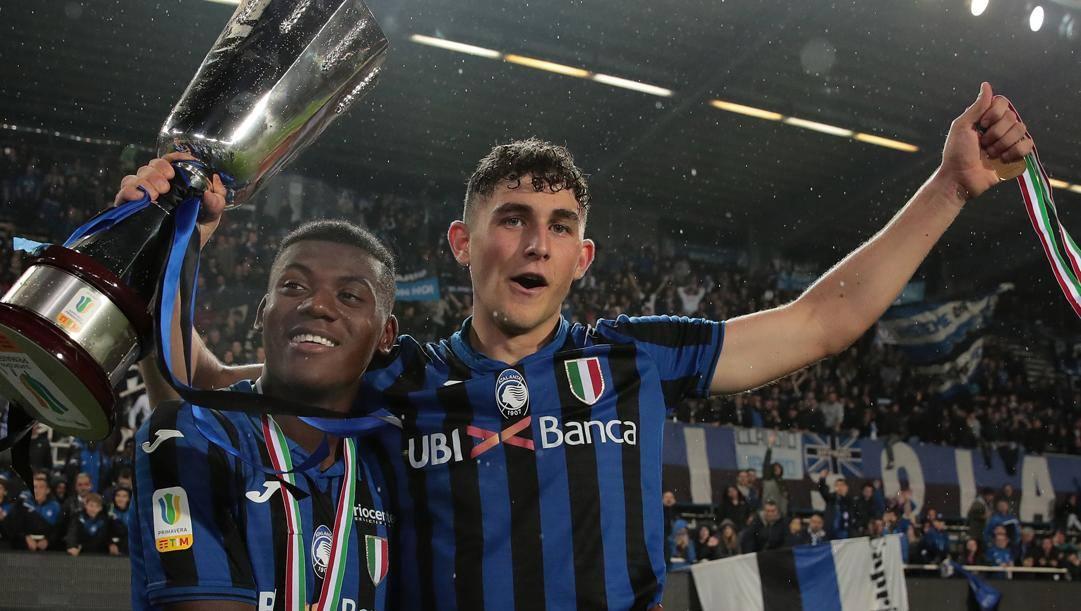 Roberto Piccoli, 19, con la Supercoppa. Getty