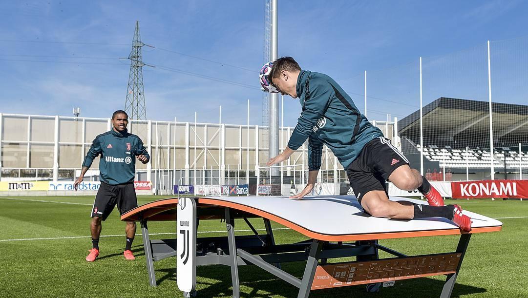 Paulo Dybala e Douglas Costa nelle ultime immagini in allenamento pre-isolamento. Getty