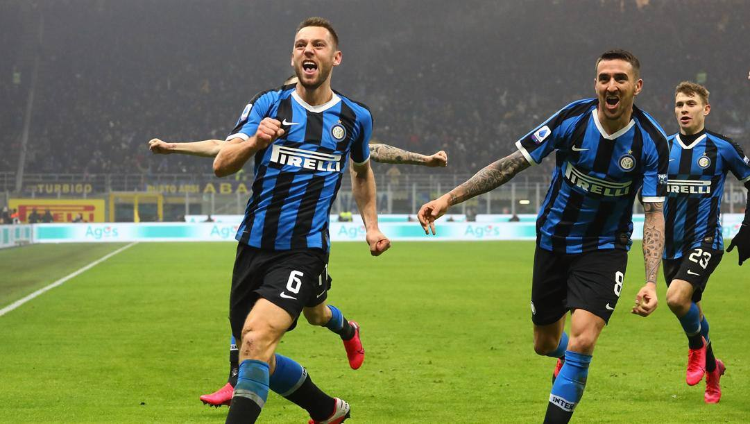 Stefan De Vrij esulta dopo il gol al Milan. Getty