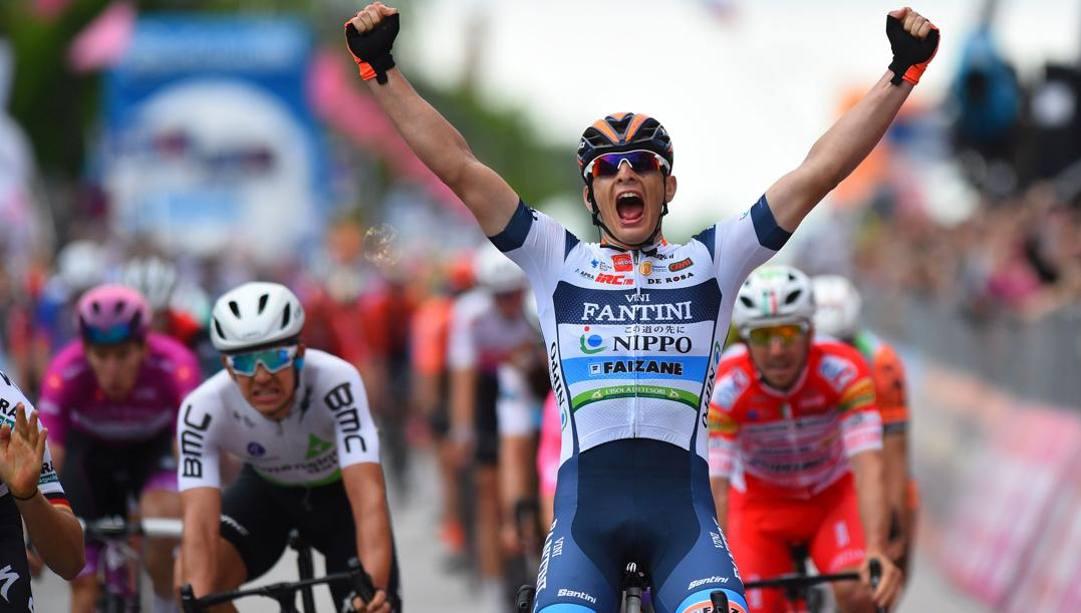 Damiano Cima in trionfo a Santa Maria di Sala al Giro 2019. Ora la maglia va all'asta per beneficienza  (Bettini)