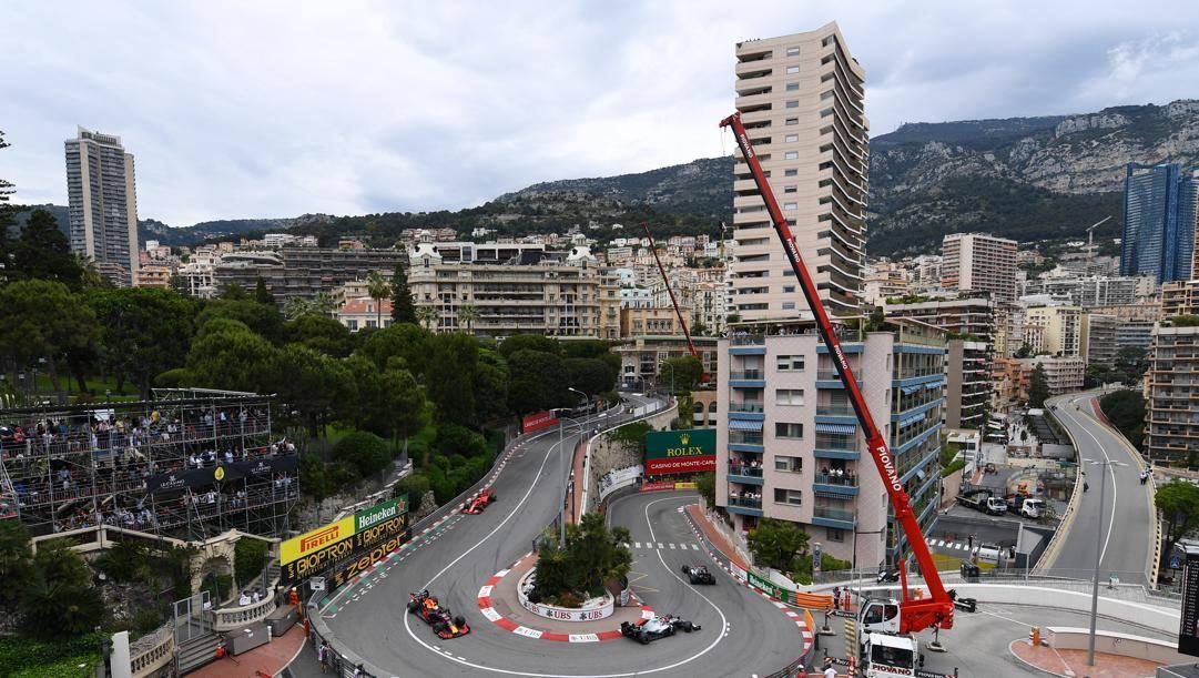 Hamilton su Mercedes precede Bottas, Verstappen e Vettel alla curva del Grand Hotel: GP Monaco 2019. GETTY