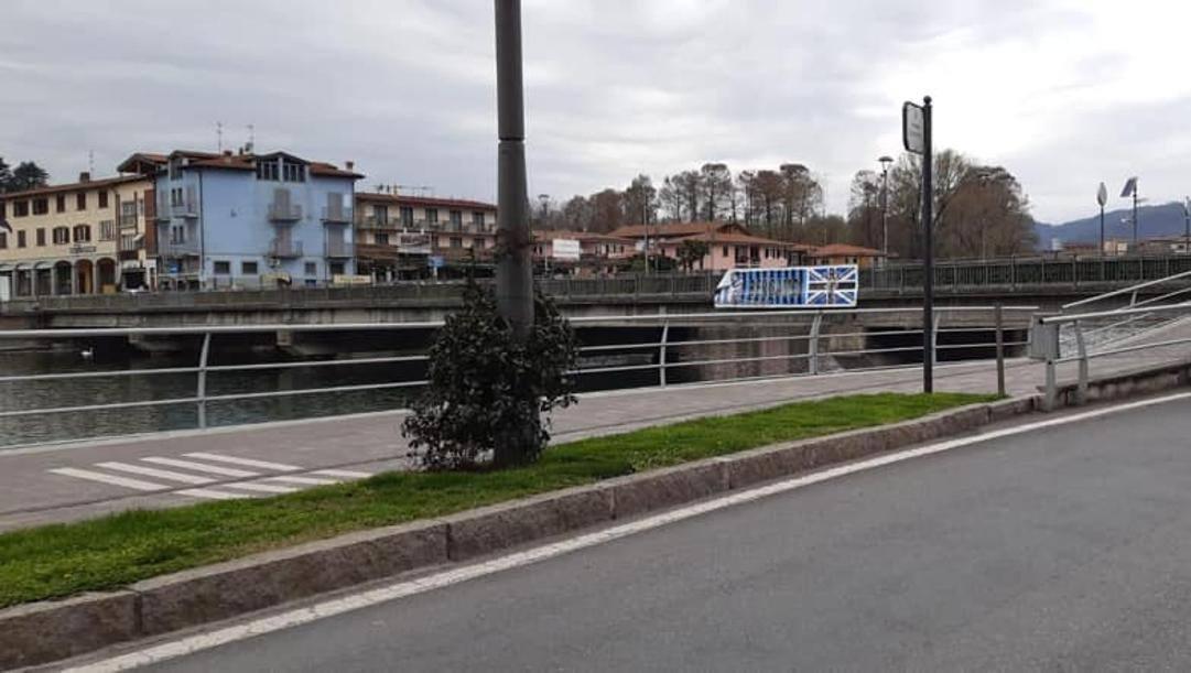 Lo striscione strappato sul ponte tra Sarnico e Paratico