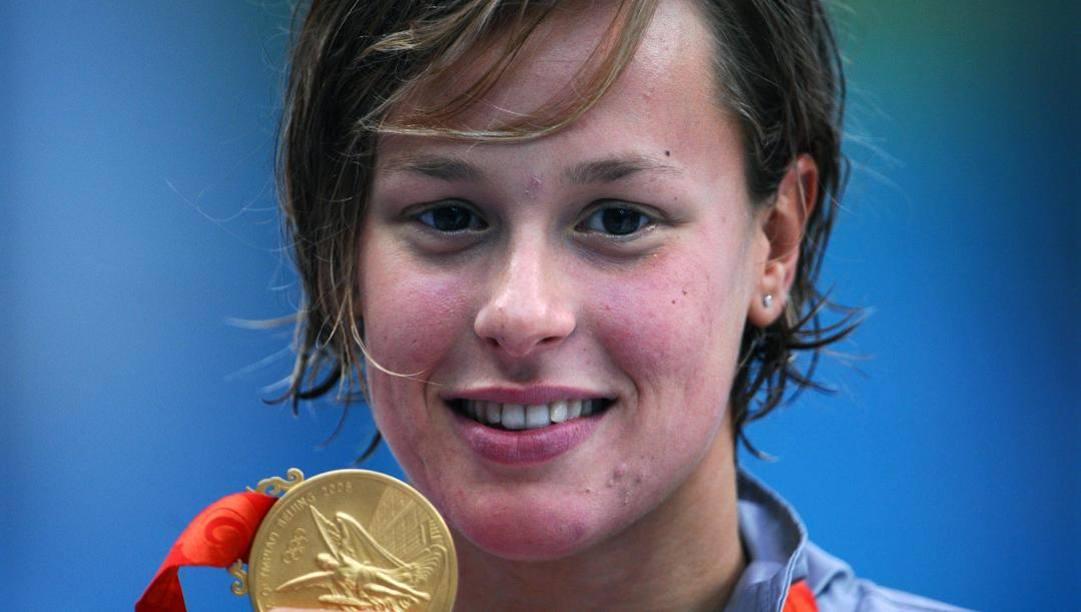 Federica Pellegrini con l'oro di Pechino 2008 nei 200sl. Afp