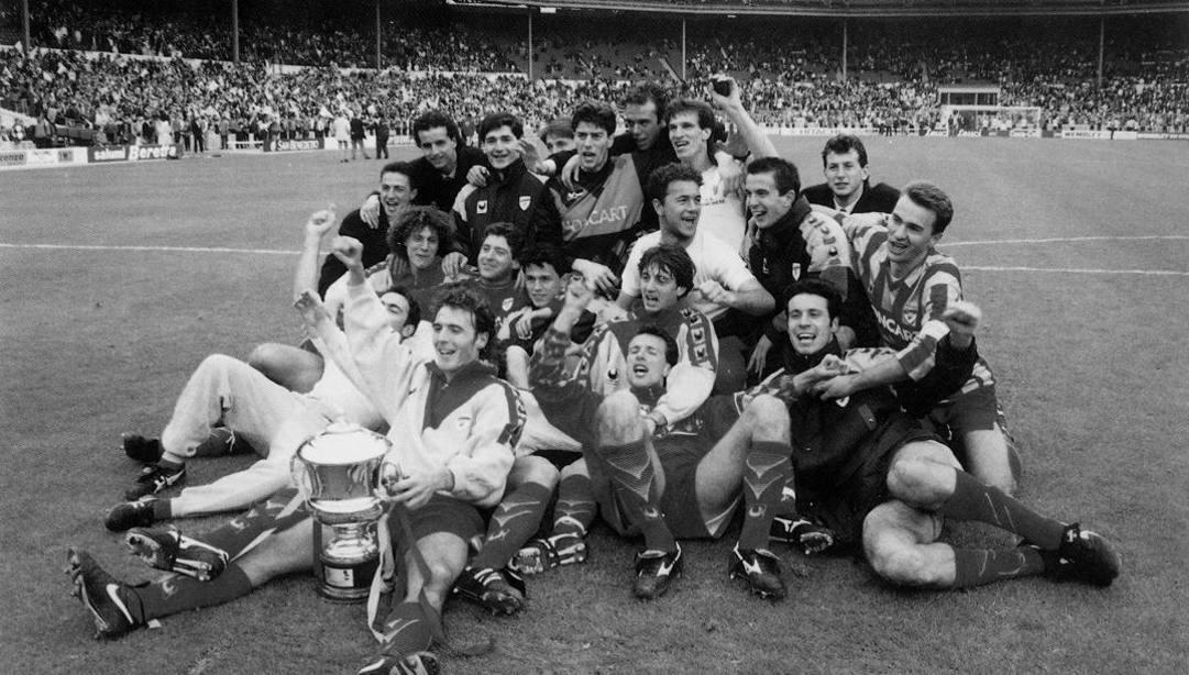 Wembley 1993: i giocatori della Cremonese festeggiano la vittoria della Mitropa Cup