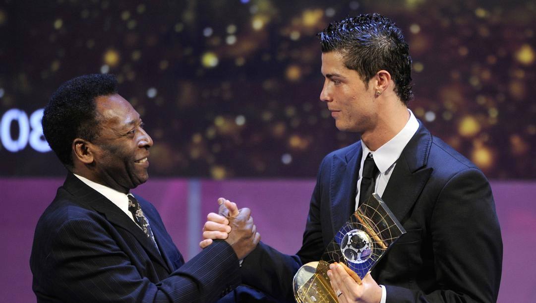 Pelé saluta Cristiano Ronaldo alla premiazione del Fifa World Player 2008. Afp
