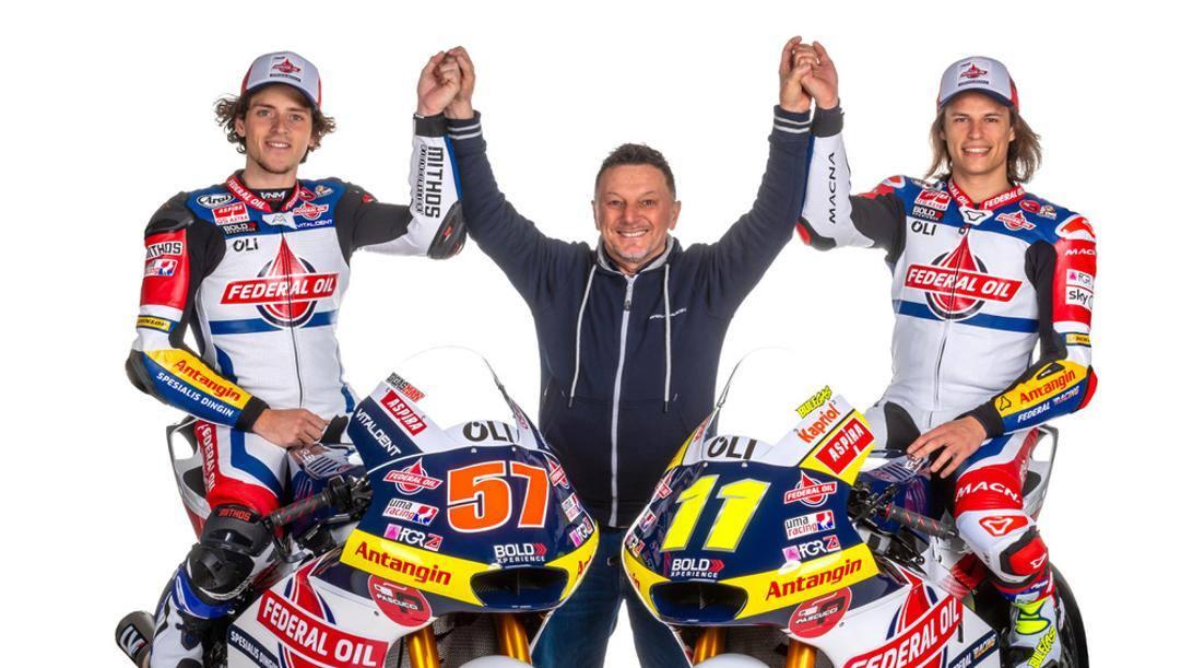 Fausto Gresini, 59 anni, tra i piloti di Moto2 Edgar Pons, 24, e Nicolò Bulega, 20. Milagro