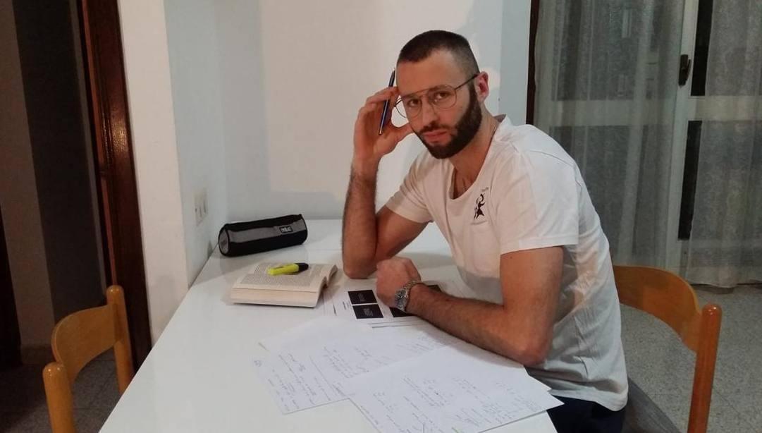 Andrea Rossi, centrale di Cisterna, sta preparando gli esami di Economia.