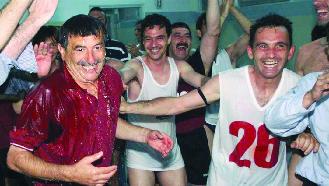 Un momento della festa negli spogliatoi del Torino per la promozione del 1999.