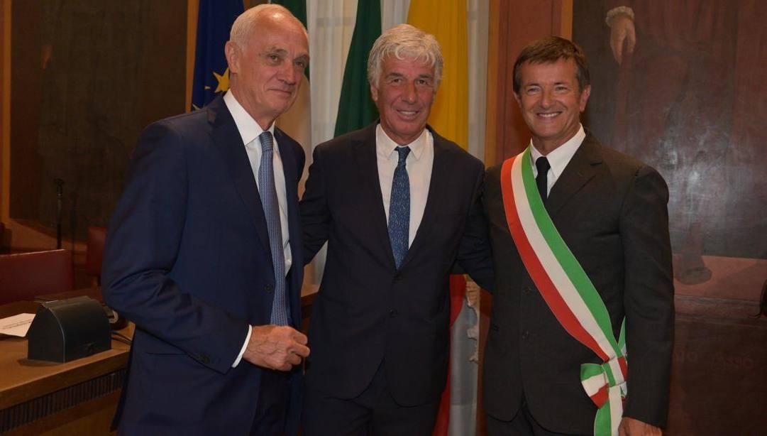 Antonio Percassi, Gian Piero Gasperini e il sindaco di Bergamo Giorgio Gori in una foto del 2019. Ansa