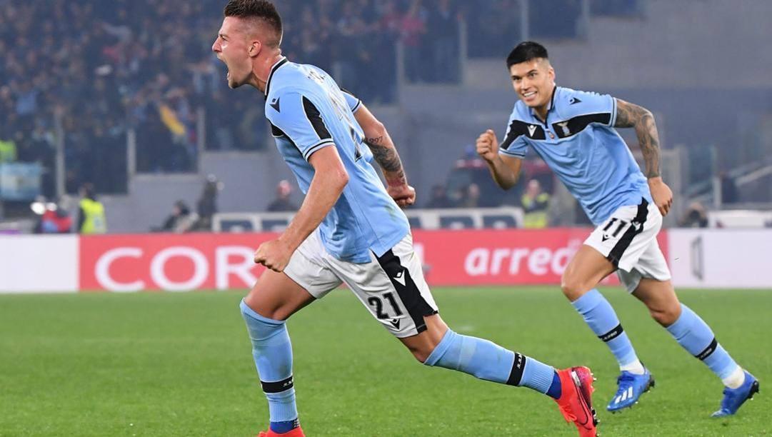 Sergej Milinkovic-Savic esulta dopo il gol all'Inter. Afp