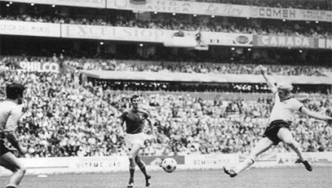 Una foto storica: Karl-Heinz Schnellinger segna a tempo scaduto il gol dell1-1 nella semifinale Italia-Germania 1970, prolungandola ai supplementari.